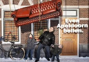 Голландская страховая компания в целях рекламы инсценировала на улицах несчастные случаи
