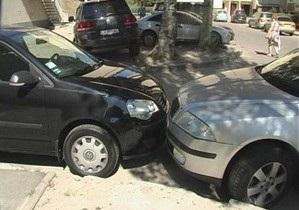 В Киеве нетрезвый водитель Mitsubishi повредил 11 машин