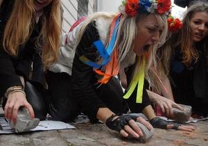 Активистки FEMEN  забросали камнями  здание посольства Ирана в Киеве