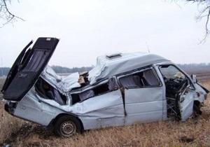В Полтавской области микроавтобус врезался в дерево: погиб человек
