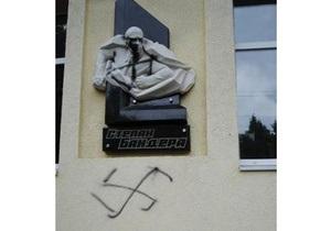 Во Львовской области разрисовали свастикой барельеф Бандеры