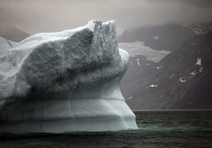 На севере Гренландии от ледника откололся огромный айсберг