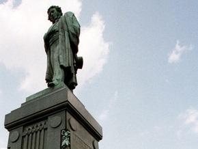 Интеллигенция Латвии считает, что памятник Пушкину установили не в том парке