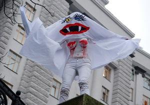 Кровосися  FEMEN поздравила Азарова с днем рождения
