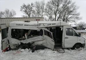 В Днепропетровской области автобус врезался в грузовик: три человека погибли, еще семь – госпитализированы