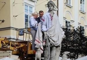 Во Львове скульптуры античных богов на площади Рынок одели в вышиванки