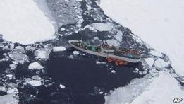 На зажатую во льдах Спарту с воздуха сбросили припасы