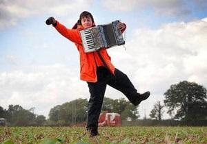 Британец устроился работать огородным пугалом
