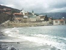 Группа женщин проникла на запретную территорию мужских монастырей Афона