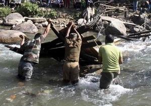 При обрушении моста в Индии погибли 50 человек