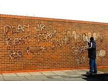 Фаны Ливерпуля украсили стены клубной базы нецензурными граффити