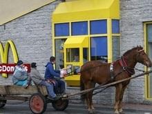 Спешивший в McDonald s водитель переехал официантке ногу