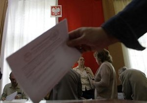 Жители затопленных районов Польши плывут на выборы на лодках