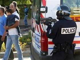 В пригороде  Парижа злоумышленник зарезал одного и ранил троих человек