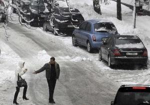 Киевские дорожники заявили, что вывозить снег с обочин мешают припаркованные машины