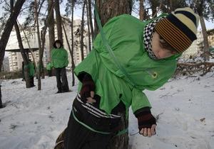 Фотогалерея: Привяжи себя к дереву. Флэшмоб киевских экологов
