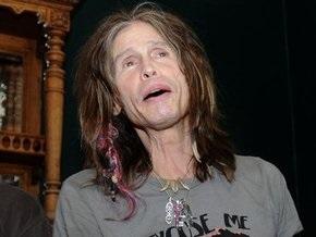 Солист Aerosmith при падении со сцены сломал плечо
