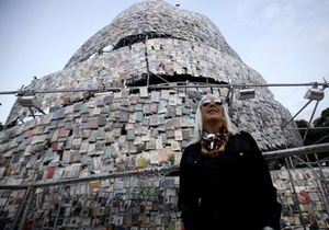 В Буэнос-Айресе построили 30-метровую башню из книг
