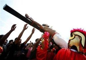 Католическая Пасха: На Филиппинах 20 католиков добровольно распяли себя на крестах