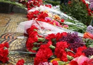 В Хмельницкой области 19-летняя девушка сожгла венки у Вечного огня