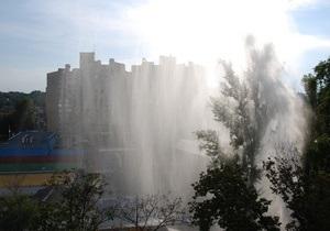 Возле Дворца Украина в Киеве из-под земли забил фонтан воды