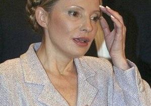 Тимошенко пришла в суд в бежевом платье с глубоким декольте