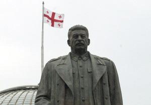 В грузинском селе неизвестные облили памятник Сталину розовой краской