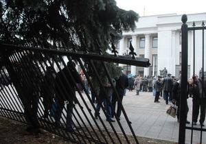 Журналисты 1+1 попытались перекрасить забор под Верховной Радой в розовый цвет