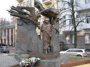 В Киеве пытались облить красной краской памятник Вячеславу Чорновилу