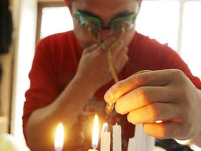 Житель Китая задувает свечи глазами
