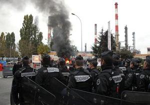 Французская полиция разблокировала подъезды к главному нефтеперерабатывающему заводу Парижа