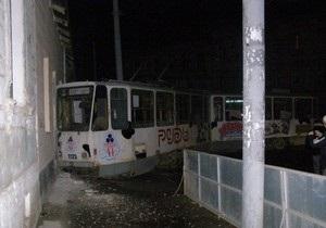 Львовская милиция ищет неизвестного, который угнал трамвай и протаранил здание