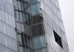 Greenpeace - Шесть активисток Greenpeace захватили самое высокое здание Европы