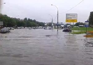 В результате сильнейшего ливня уровень воды на одном из шоссе в Москве превысил один метр
