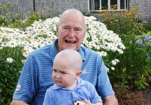 Джордж Буш-старший побрился налысо