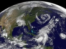 Три тропических циклона надвигаются на США