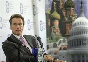 Медведев отвез Шварценеггера в Сколково на Чайке