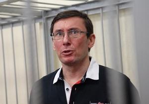 Луценко требует поставить в суде скамейки