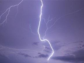 Пожар на нефтяной станции в Югре возник из-за удара молнии