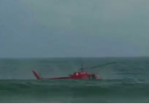 Рио: вертолет упал в море возле пляжа. Видео