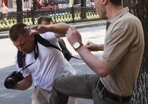 Милиция возбудила дело за избиение фотографа сотрудником посольства Грузии