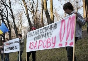 Отдай последнюю рубашку Азарову: вслед за FEMEN под Кабмином разделись мужчины