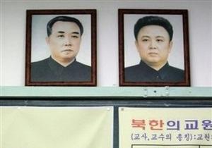 В КНДР школьницу посмертно наградили за спасение портретов Ким Чен Ира и Ким Ир Сена