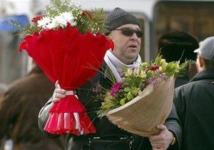 Большинство украинцев будут дарить своим женщинам на 8 марта цветы и украшения