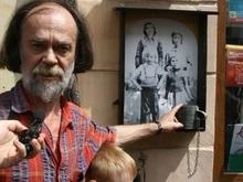 В Черновцах неизвестные осквернили памятный знак Яценюку