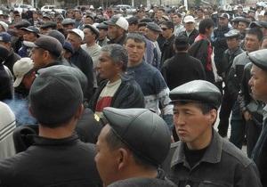 Митингующие ворвались в здание парламента Кыргызстана