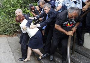 В Австралии защитники прав аборигенов заперли премьера и лидера оппозиции в ресторане
