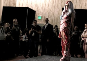 Мясной наряд Lady GaGa сохранят для истории