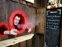 Владелец бара сделал в стенах дыры для курения