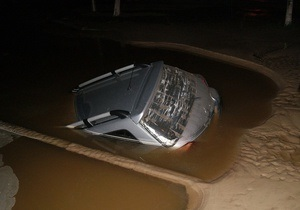 В Киеве на Харьковском шоссе автомобиль провалился под землю